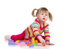 Kind des kleinen Mädchens, das mit Blockspielwaren spielt Stockfotografie