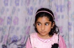 Kind des kleinen Mädchens, das sideway schaut lizenzfreie stockfotos
