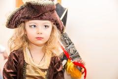 Kind des kleinen Mädchens gekleidet als Pirat für Halloween auf Hintergrund des Weihnachtsbaums Stockfoto
