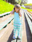 Kind des kleinen Mädchens hört Musik in den Kopfhörern Stockfotografie