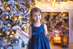 Kind dichtbij Kerstmisboom Royalty-vrije Stock Foto