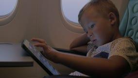 Kind die aanrakingsstootkussen gebruiken tijdens de vlucht stock footage