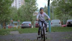 Kind die actieve openluchtvrije tijd met het berijden van een fiets hebben stock videobeelden