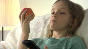 Kind die Appelen eten terwijl het Letten van op TV, Meisje het Ontspannen op Bank, Bus in het Leven stock footage