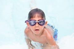 Kind die bereid om in het zwemmen op te leiden worden royalty-vrije stock fotografie