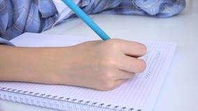 Kind die, Bestuderend, Nadenkend Jong geitje, Peinzende Student Learning Schoolgirl schrijven stock video