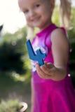 Kind die blauw nummer vier houden Stock Foto's