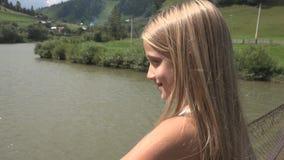 Kind die in Bos, Jong geitje Openluchtaard, Meisje het Spelen in het Kamperen Avontuur lopen royalty-vrije stock foto