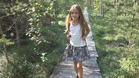 Kind die in Bos, Jong geitje Openluchtaard, Meisje het Spelen in het Kamperen Avontuur lopen royalty-vrije stock afbeelding