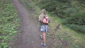 Kind die in Bos, Jong geitje Wandelingsbergen, Meisje het Spelen in het Kamperen Avontuur lopen stock afbeelding