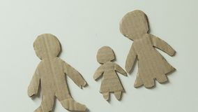 Kind die cijfer van vader en stuk speelgoed hart toevoegen aan document familiegebrek aan vadersliefde stock videobeelden
