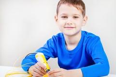 Kind die 3D drukpen gebruiken Creatief, technologie, vrije tijd, onderwijsconcept Stock Foto's