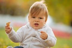 Kind die de herfst van tijd genieten Stock Foto