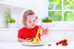 Kind die deegwaren eten stock foto's