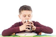 Kind die 2 drinken Royalty-vrije Stock Fotografie