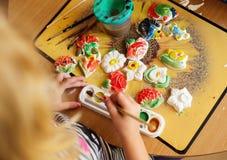 Kind die een ceramisch aardewerk schilderen royalty-vrije stock foto