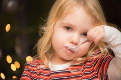 Kind die een dessert, pudding met een lepel eten Royalty-vrije Stock Foto's