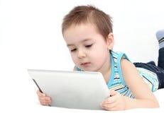 Kind die een digitale tablet gebruiken Royalty-vrije Stock Foto's