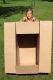 Kind die een doos houden Stock Foto's