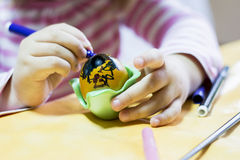 Kind die een ei schilderen Royalty-vrije Stock Foto