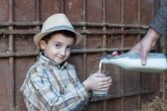 kind die een glas verse melk drinken Stock Afbeeldingen