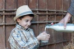 kind die een glas verse melk drinken Stock Foto's