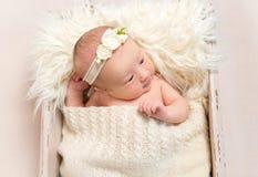 Kind die een hairband in babymand dragen, close-up royalty-vrije stock afbeelding