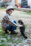 Kind die een kat petting Stock Afbeeldingen