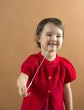 Kind die een kauwgom van haar mond uitrekken royalty-vrije stock fotografie