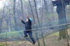 Kind die in een net beklimmen Stock Foto's