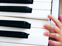 Kind die een piano spelen stock afbeeldingen