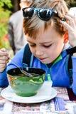 Kind die een soep eten stock foto