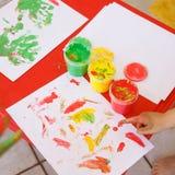 Kind die een tekening met vingerverven schilderen stock foto's