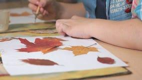 Kind die herbarium van bladeren maken Close-up stock video