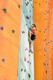Kind die het beklimmen op het beklimmende centrum bestuderen Stock Foto's