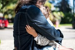 Kind die het cousing in een demonstratie van liefde koesteren Royalty-vrije Stock Foto