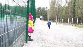 Kind die in het relais lopen stock footage