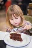 Kind die het stuk van de chocoladecake eten bij restaurant Royalty-vrije Stock Afbeeldingen