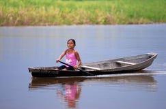 kind die kano met behulp van - Amazonië royalty-vrije stock fotografie