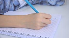 Kind die in Klaslokaal, het Bestuderen, Jong geitjethuiswerk, Student Learning Mathematics schrijven royalty-vrije stock afbeelding