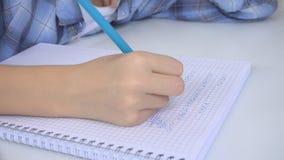 Kind die in Klaslokaal, het Bestuderen, Jong geitjethuiswerk, Student Learning Mathematics schrijven stock afbeelding