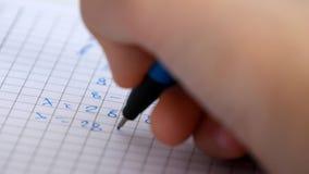 Kind die in Klaslokaal, het Bestuderen, Jong geitjethuiswerk, Student Learning Mathematics schrijven stock video