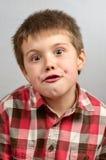 Kind die lelijke gezichten 2 maken Stock Fotografie