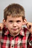 Kind die lelijke gezichten 23 maken Stock Foto's