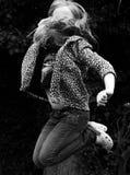 Kind die in medio lucht springen Royalty-vrije Stock Afbeelding