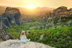 Kind die Meteora-vallei, een rotsvorming in centraal Griekenland onderzoeken die één van de grootste complexen van Oostelijke Ort stock foto