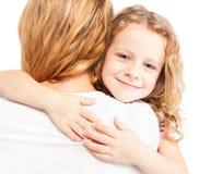 Kind die moeder omhelzen Royalty-vrije Stock Afbeelding