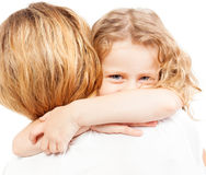 Kind die moeder omhelzen Stock Foto