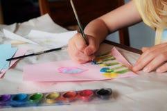 Kind die Mother's-Dagkaart maken stock afbeeldingen