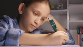 Kind die in Nacht, Jong geitje bestuderen die in Donkere Student Learning Evening Schoolgirl schrijven stock footage